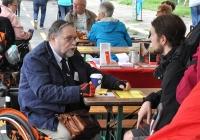 Foto Besucher an einem Infotisch im Gespräch