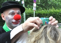 Foto Clown Bruno in Aktion mit Besucherin